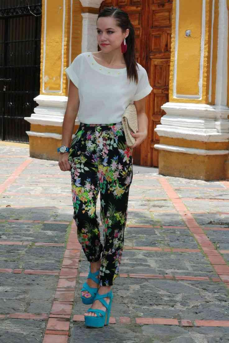 pantaloni cu imprimeu floral si talie inalta