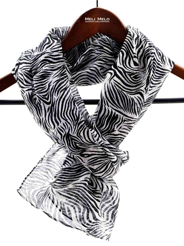 esarfa alb si negru la moda