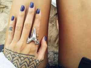 mani albastru
